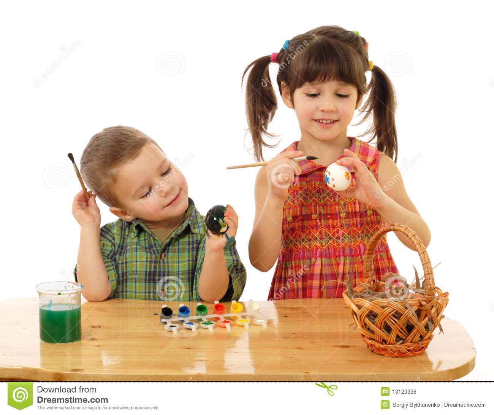 Kleine kinderen die de paaseieren schilderen royalty vrije stock foto 39 s afbeelding 13120338 - Schilderen kind jongen ...