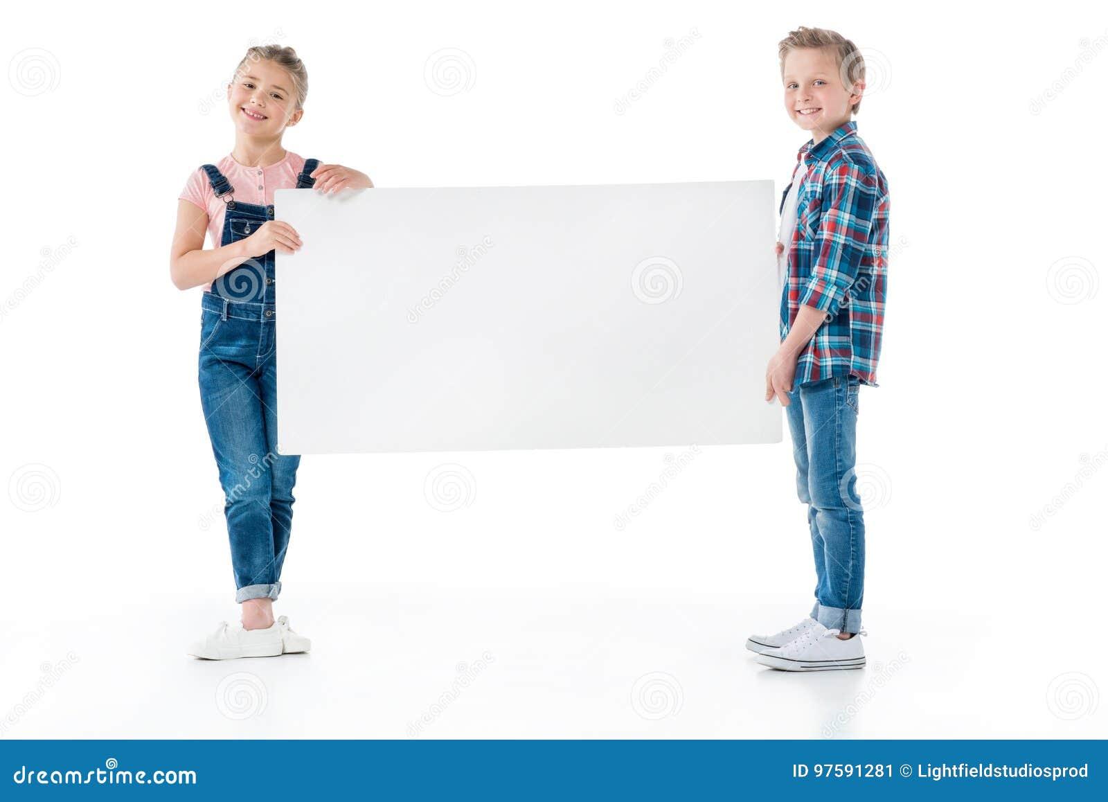 Kleine kinderen die lege banner houden en bij camera glimlachen