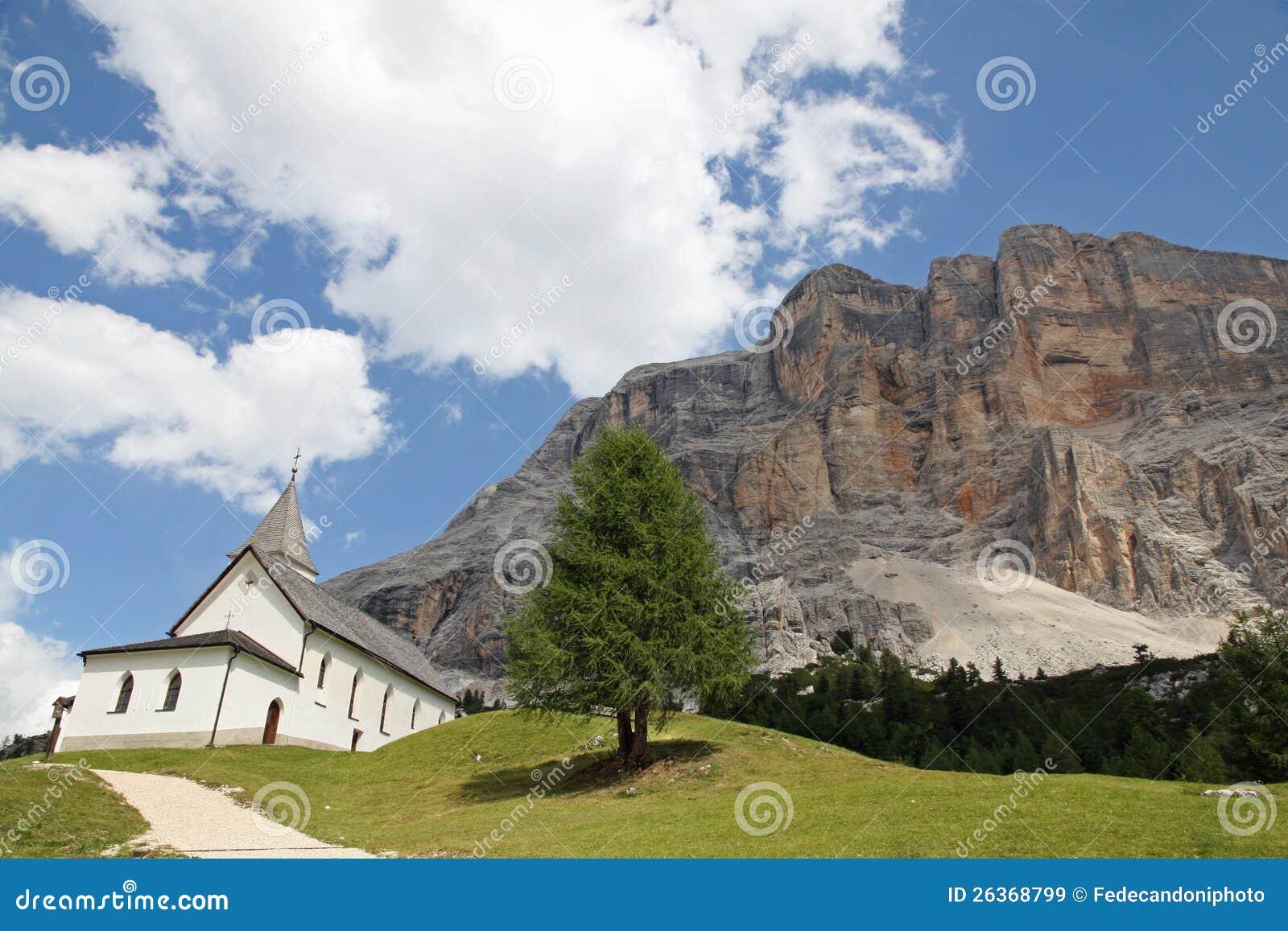 Kleine Kirche in den Vorbergen der Dolomit