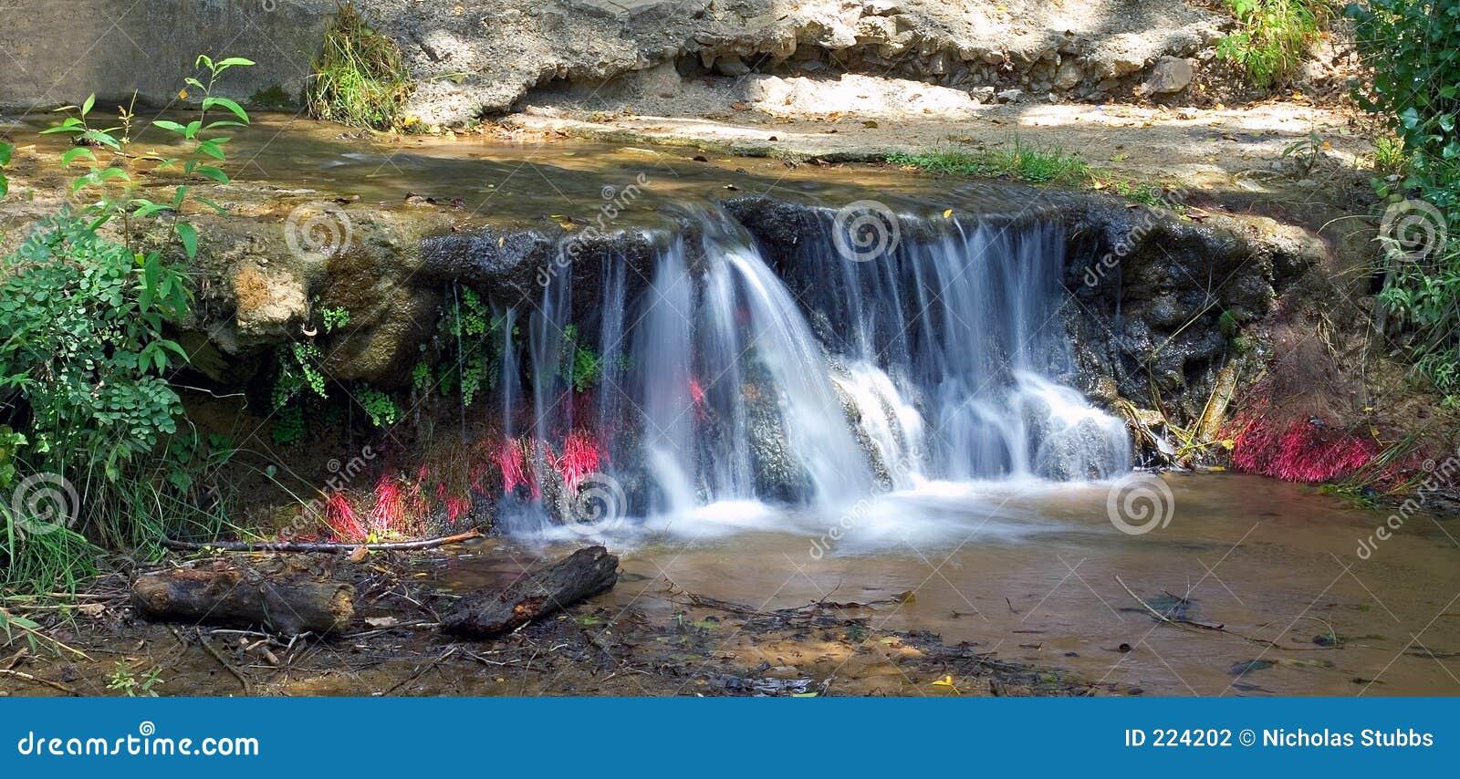 Kleine kleurrijke waterval in Spanje