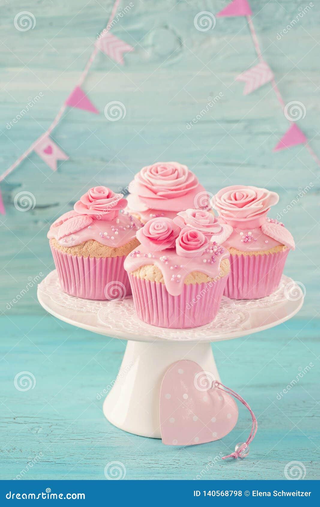 Kleine Kuchen mit rosa Blumen