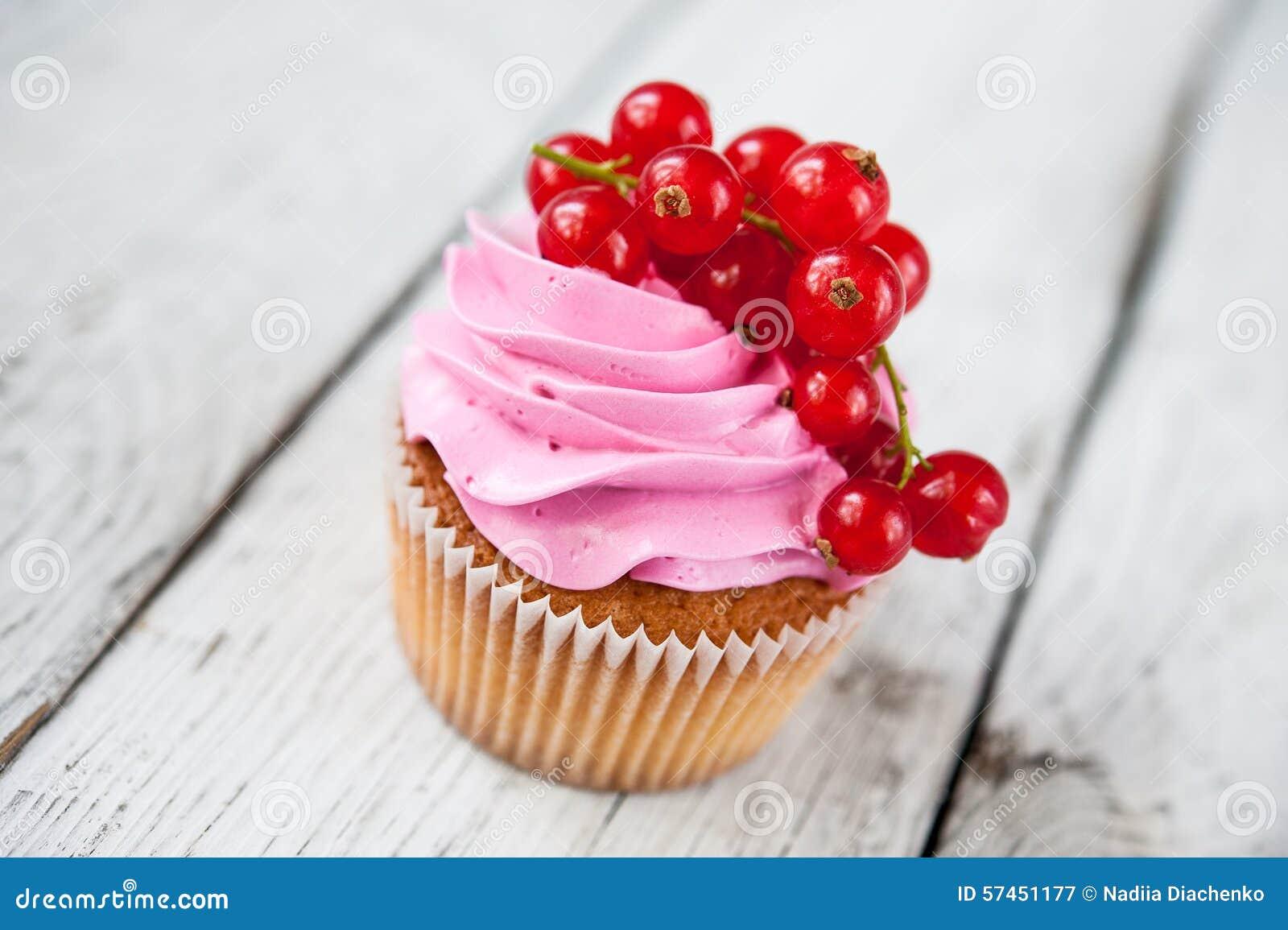 Kleine Kuchen Mit Rosa Creme Und Roter Johannisbeere Stockbild