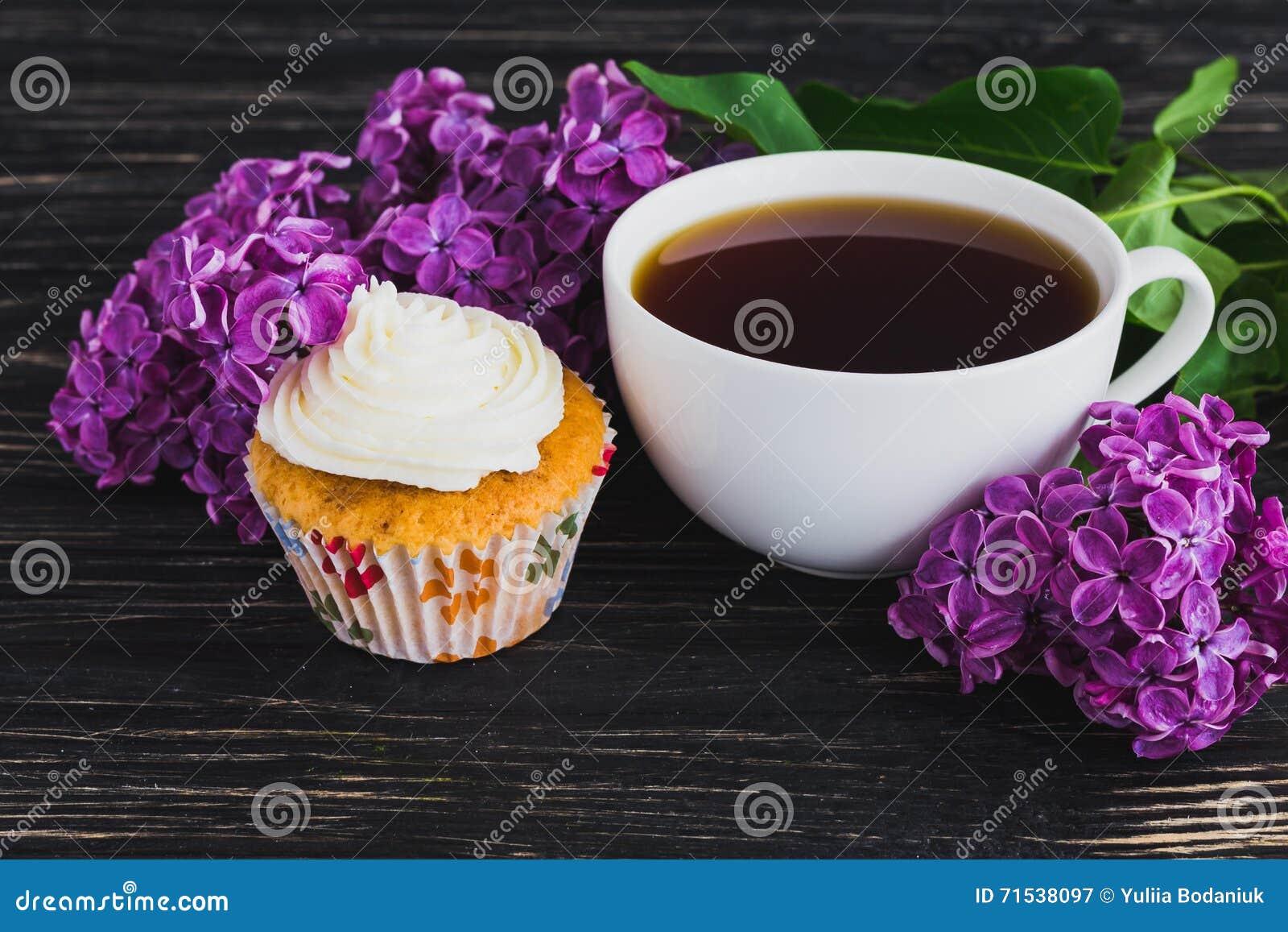 kleine kuchen mit sahne kaffee und blumen stockfoto bild 71538097. Black Bedroom Furniture Sets. Home Design Ideas