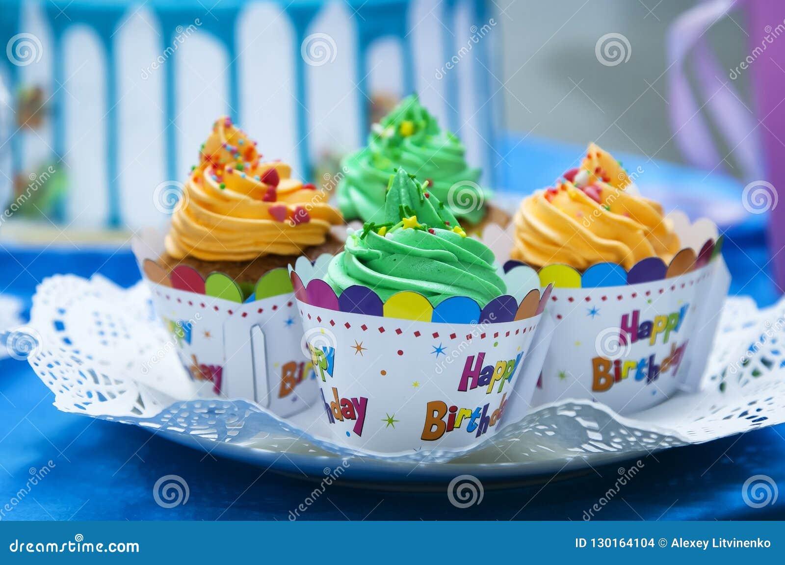 Kleine Kuchen, welche die Wörter 'buchstabieren, alles Gute zum Geburtstag '