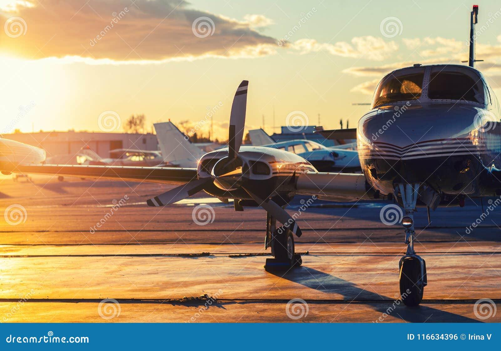 Kleine Luchtvaart: De privé Straal wordt geparkeerd op een Tarmac in Mooi