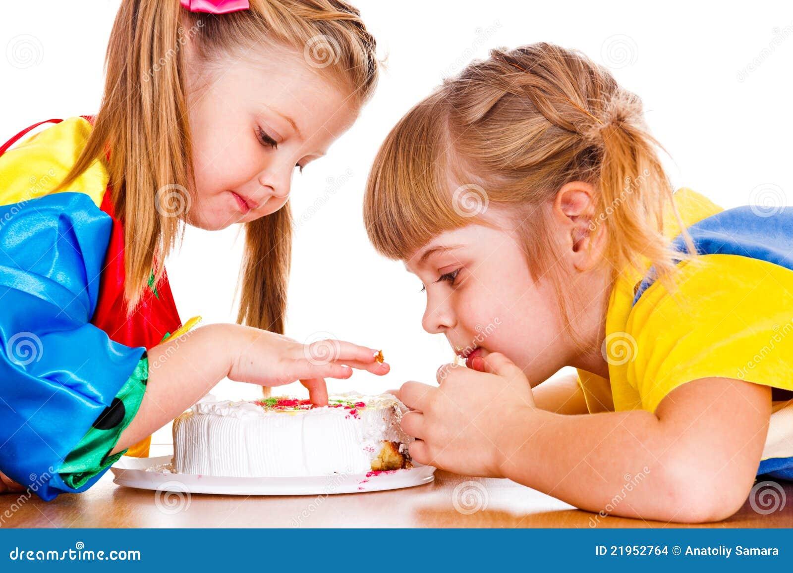 Kleine Mädchen, die Kuchen essen