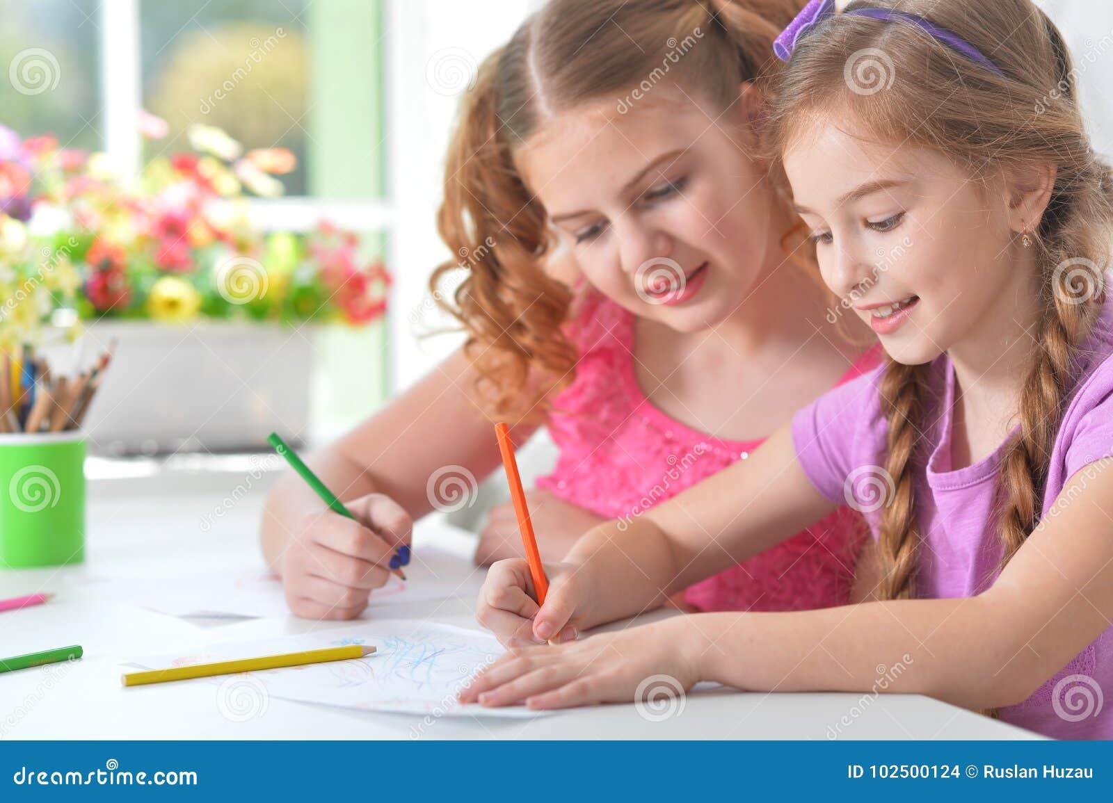 Kleine Mädchen, die zusammen zeichnen