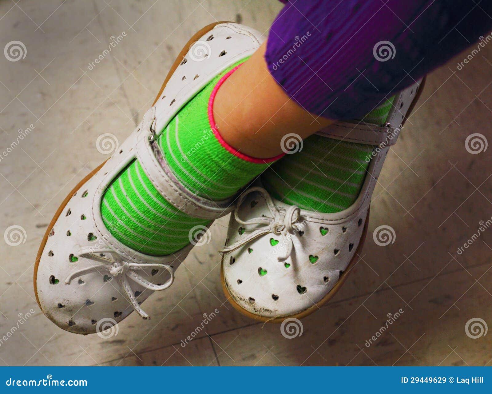 7576c65aaf8818 Kleine Mädchen-getragene Nette Spiel-Schuhe Stockbild - Bild von ...