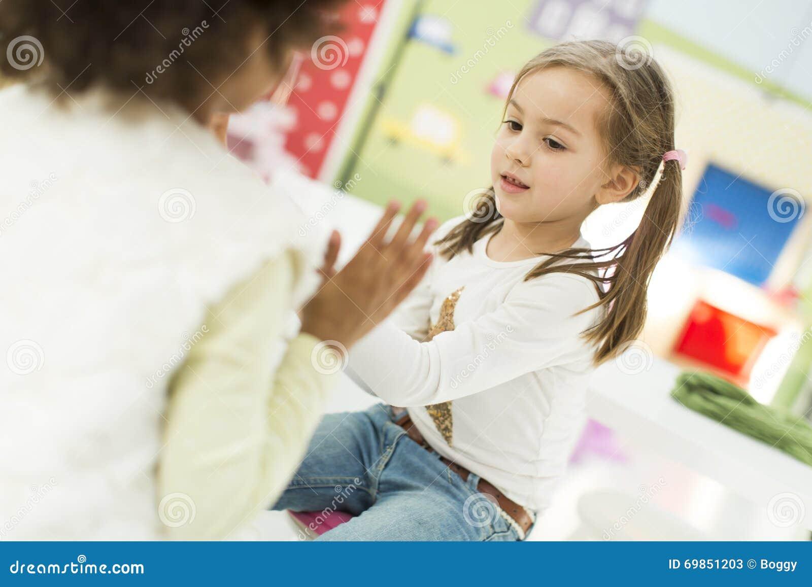 b19e95c55c508a Kleine Mädchen Im Kindergarten Stockbild - Bild von spielen ...