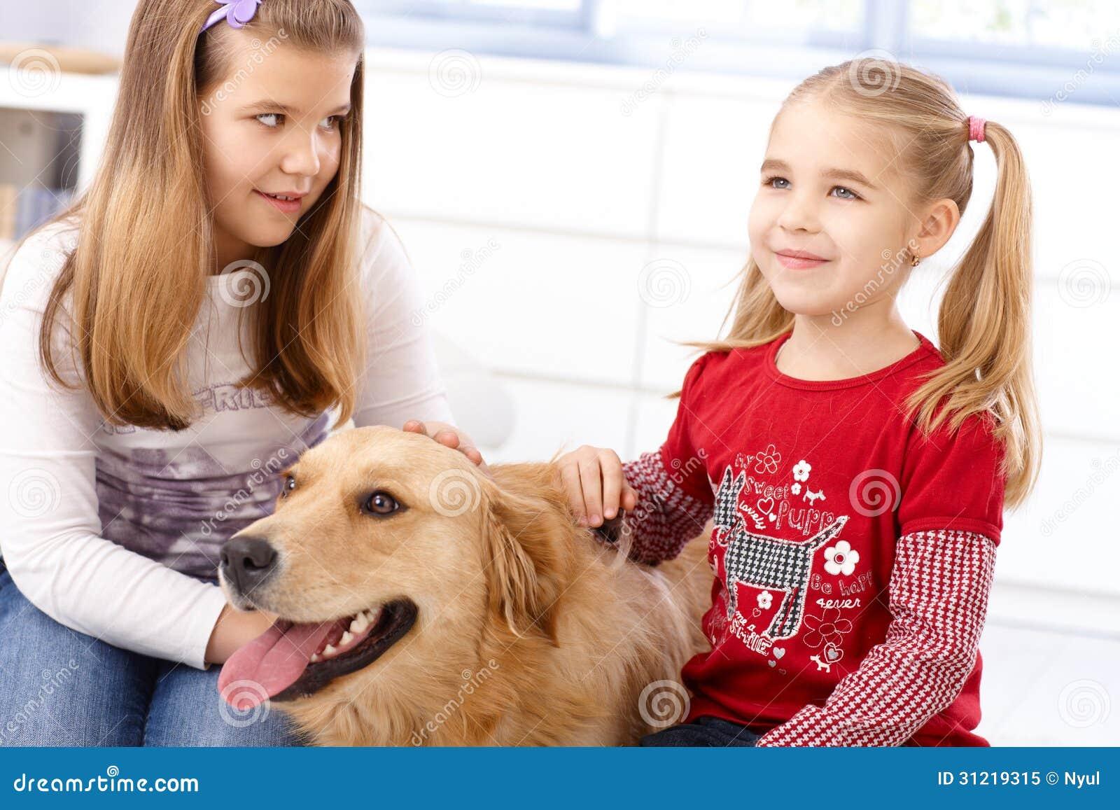 Kleine Mädchen mit Hund zu Hause