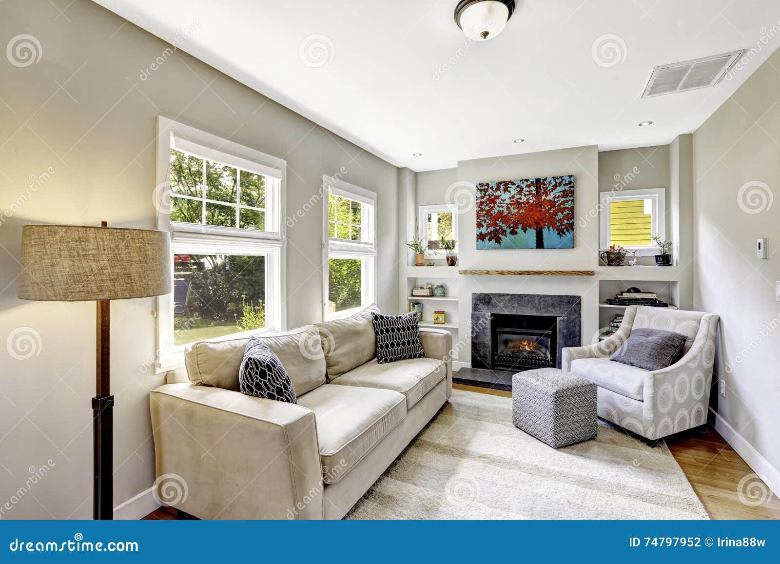 Comfortabele kleine woonkamer met open haard stock foto ...