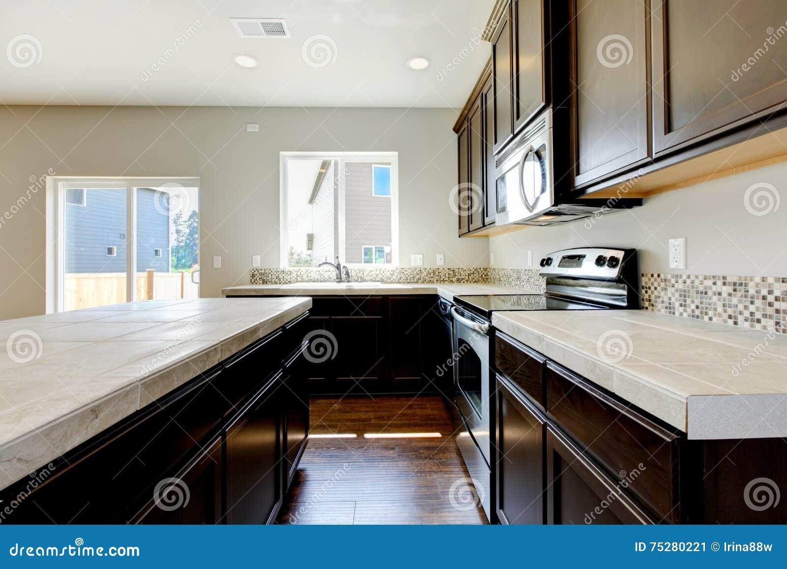 Marmer Zwart Keuken : Kleine maar toch praktische keuken met zwarte kabinetten en tegel