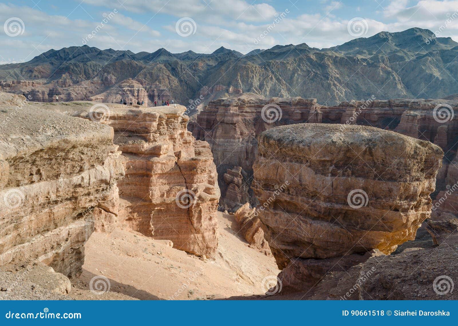 Kleine mensen op de reusachtige rots