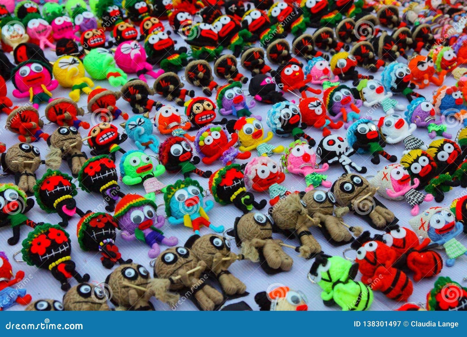 Kleine met de hand gemaakte multicolored wolmarionetten met grote ogen, keychain