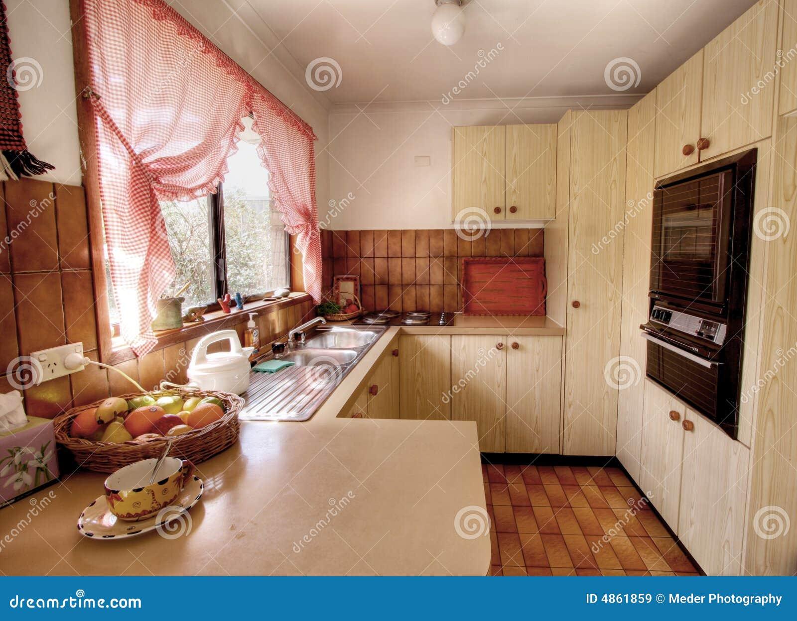Kleine moderne Küche stockbild. Bild von pergola, draußen - 4861859