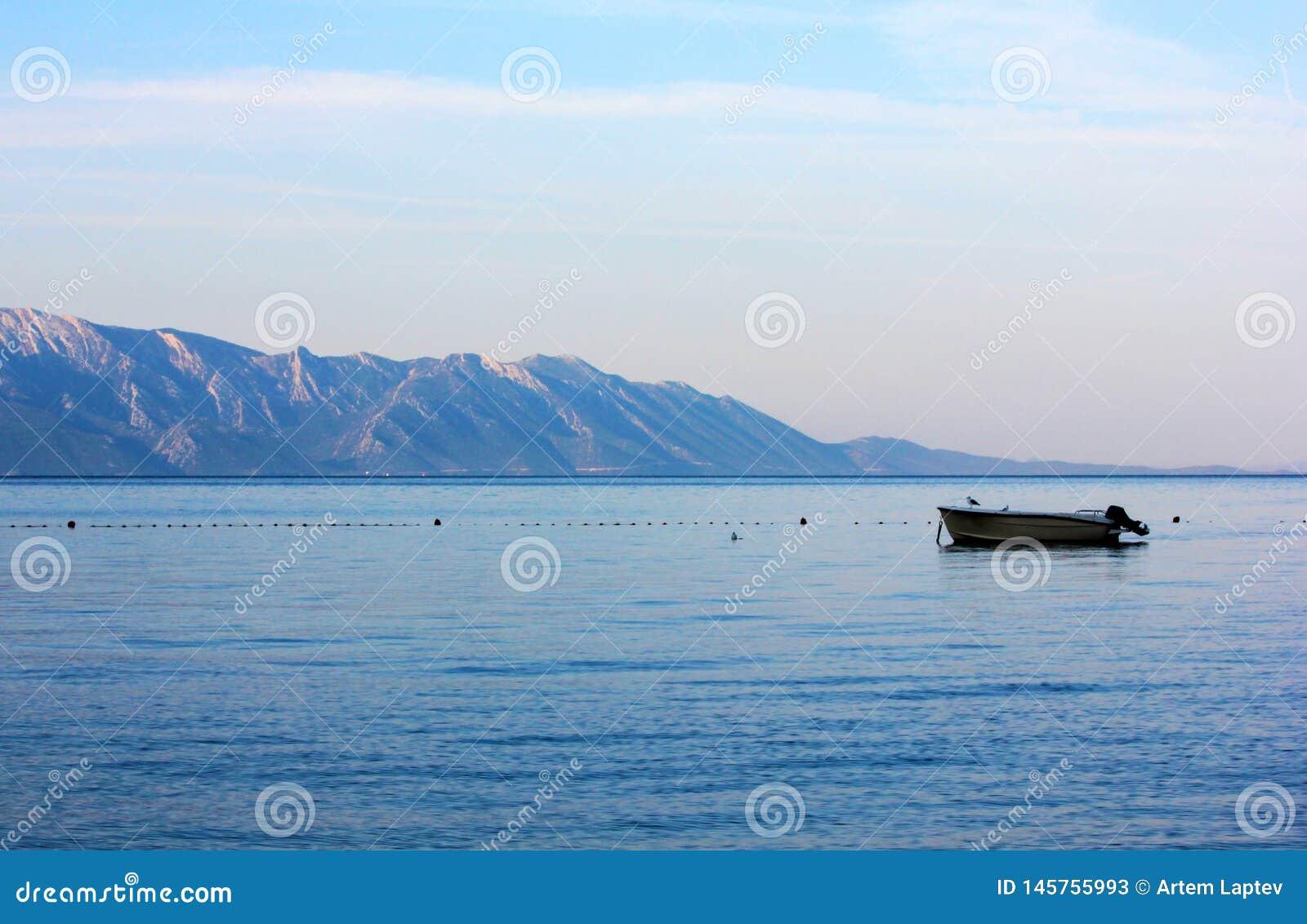 Kleine motorboot op het overzees bij zonsopgang