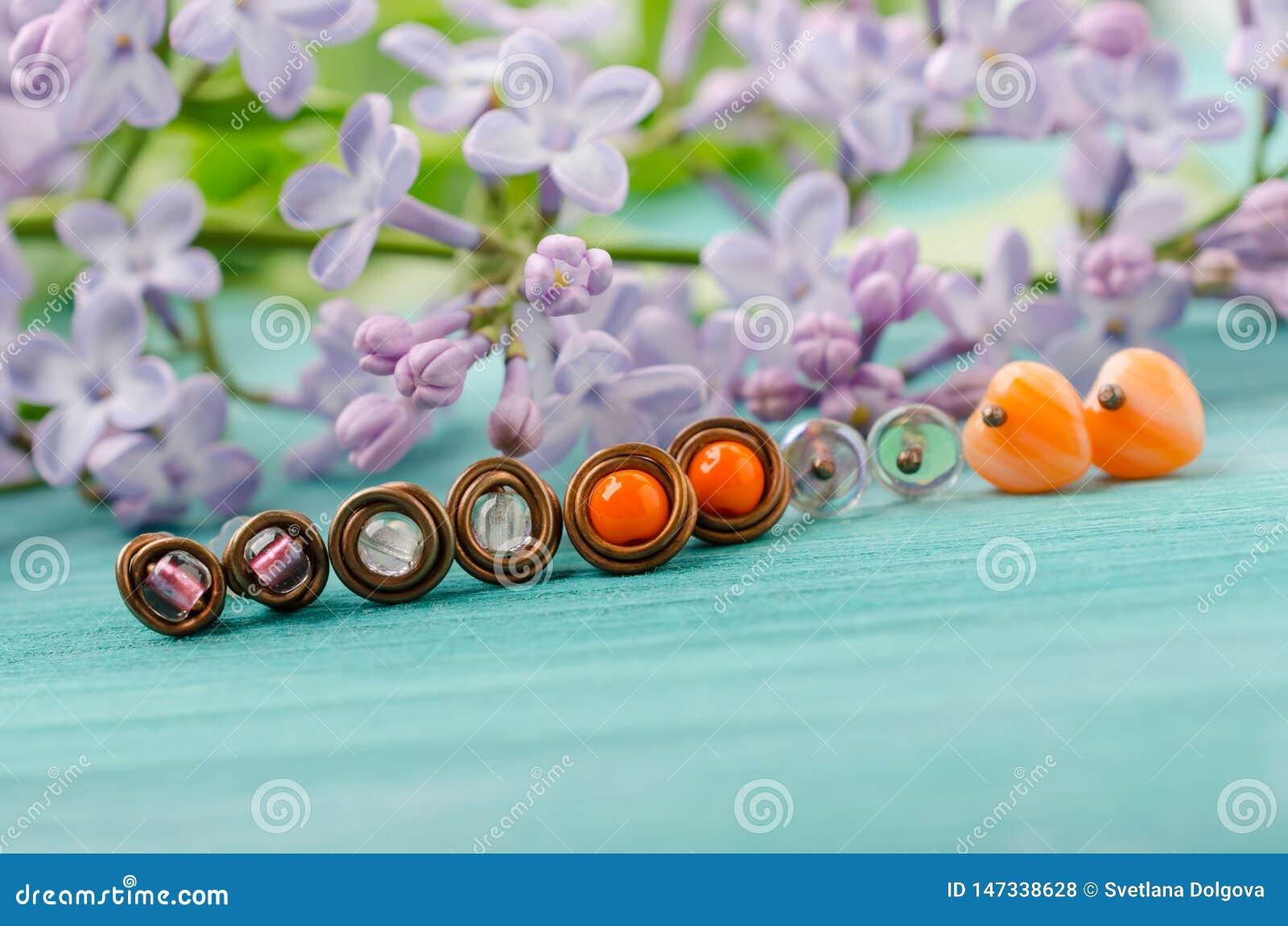 Kleine nageloorringen Met de hand gemaakte koperdraad en parelsjuwelen