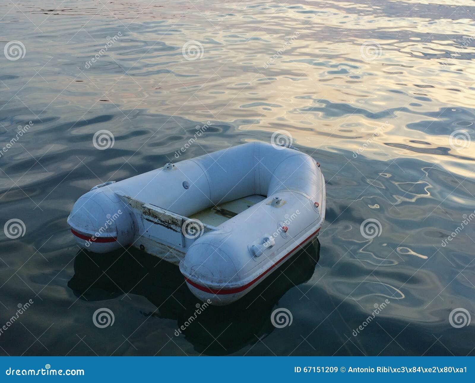 kleine opblaasbare rubberboot stock foto afbeelding. Black Bedroom Furniture Sets. Home Design Ideas