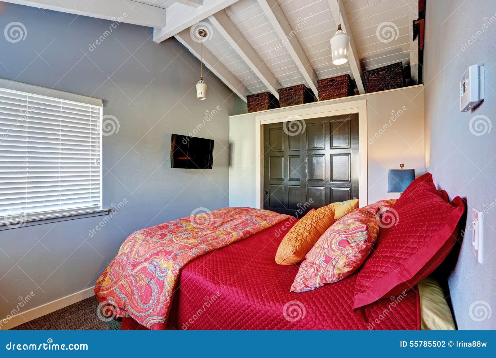 kleine perfecte slaapkamer met rood beddegoed en grijze muren, Meubels Ideeën