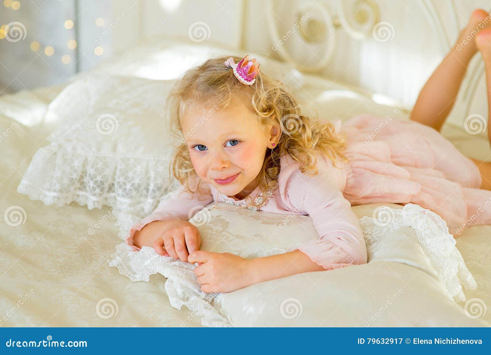 Kleine Prinzessin Auf Dem Bett Stockbild Bild Von Freunde Frisur