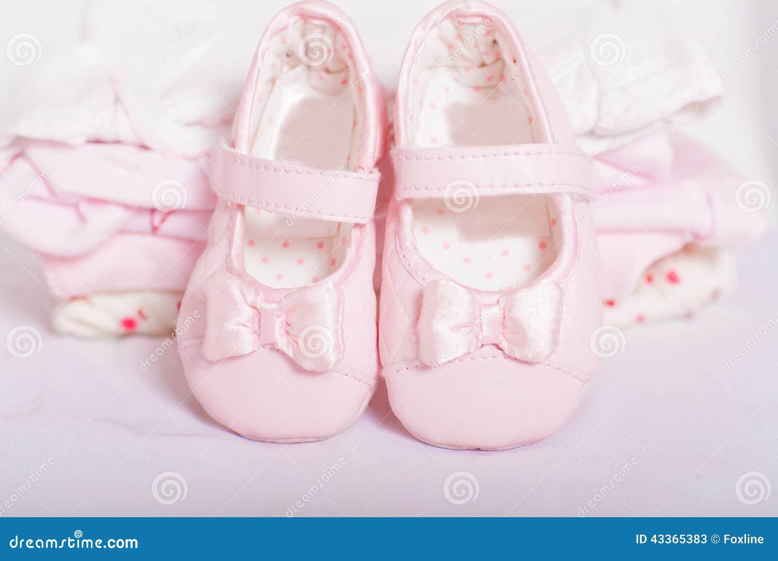 uk availability 127a2 3eec8 Kleine Rosa Babyschuhe Und Babykleidung Stockbild - Bild von ...
