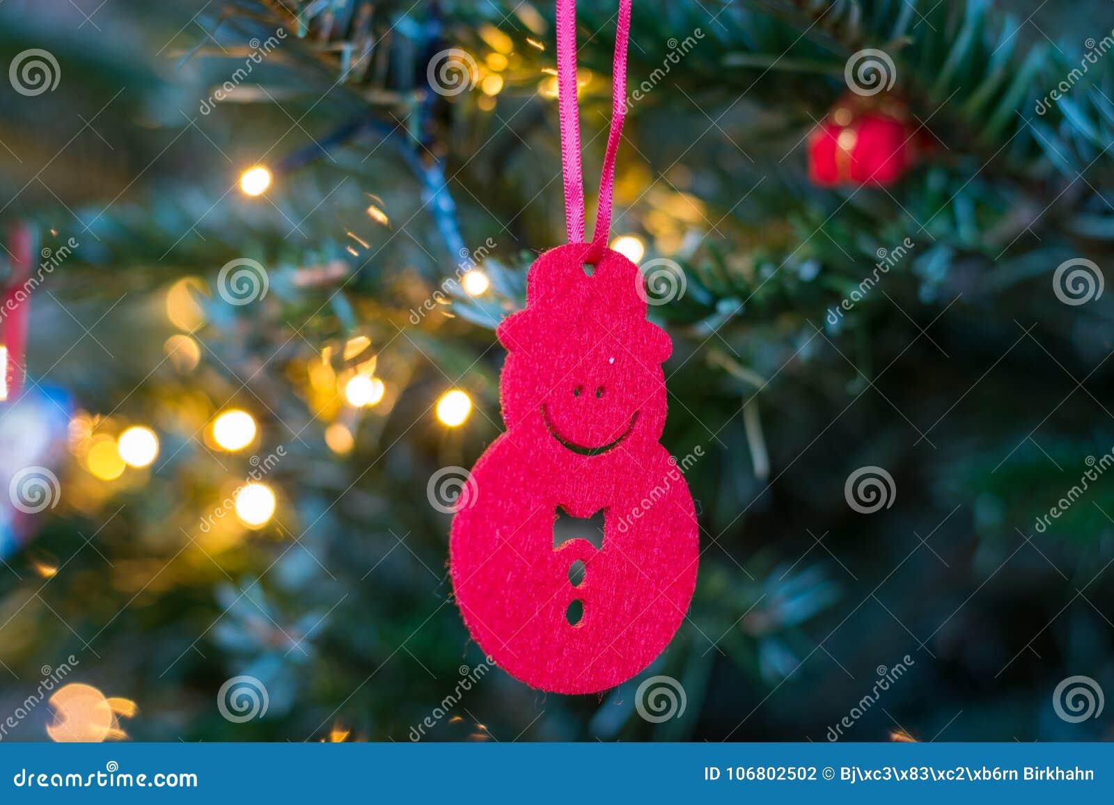 Download Kleine Rote Schneemannverzierung, Die An Einem Weihnachtsbaum Hängt Stockfoto - Bild von baum, tanne: 106802502