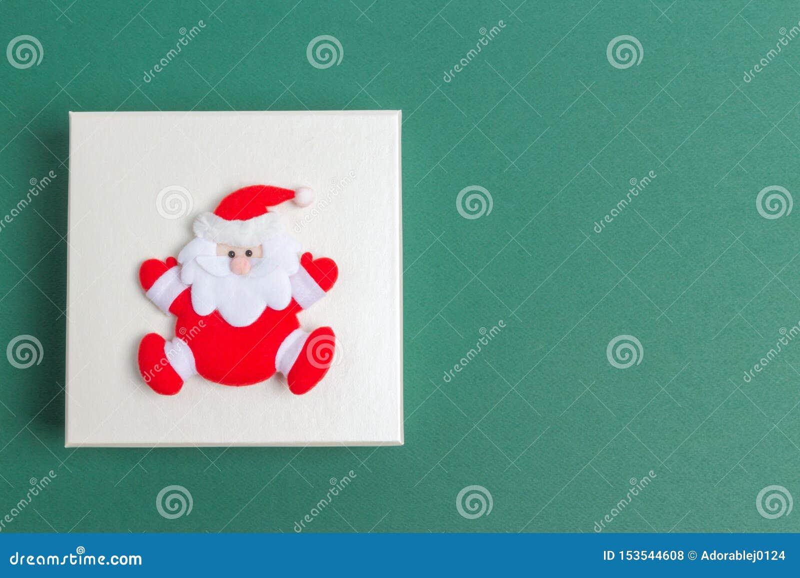 Kleine Santa Claus op een de Giftdoos van de Kerstmisdag