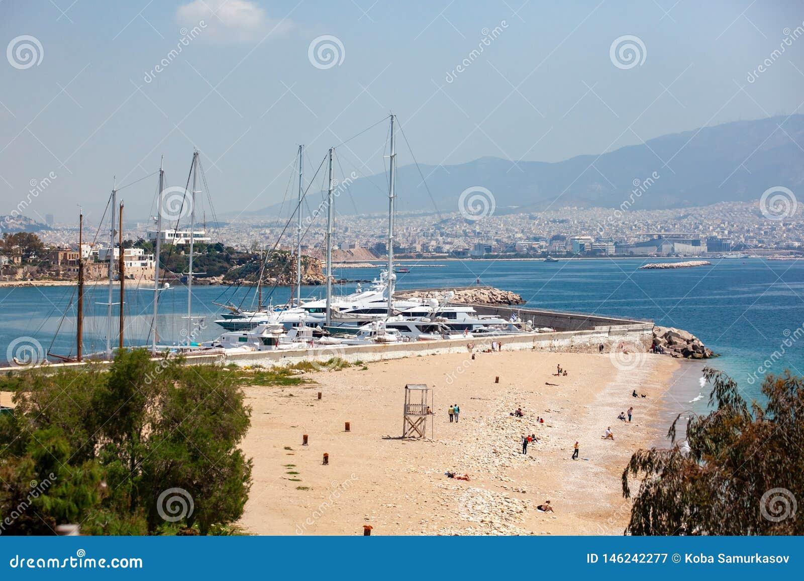Kleine Segelboote und Yachten angekoppelt am Hafen von Pir?us, Griechenland