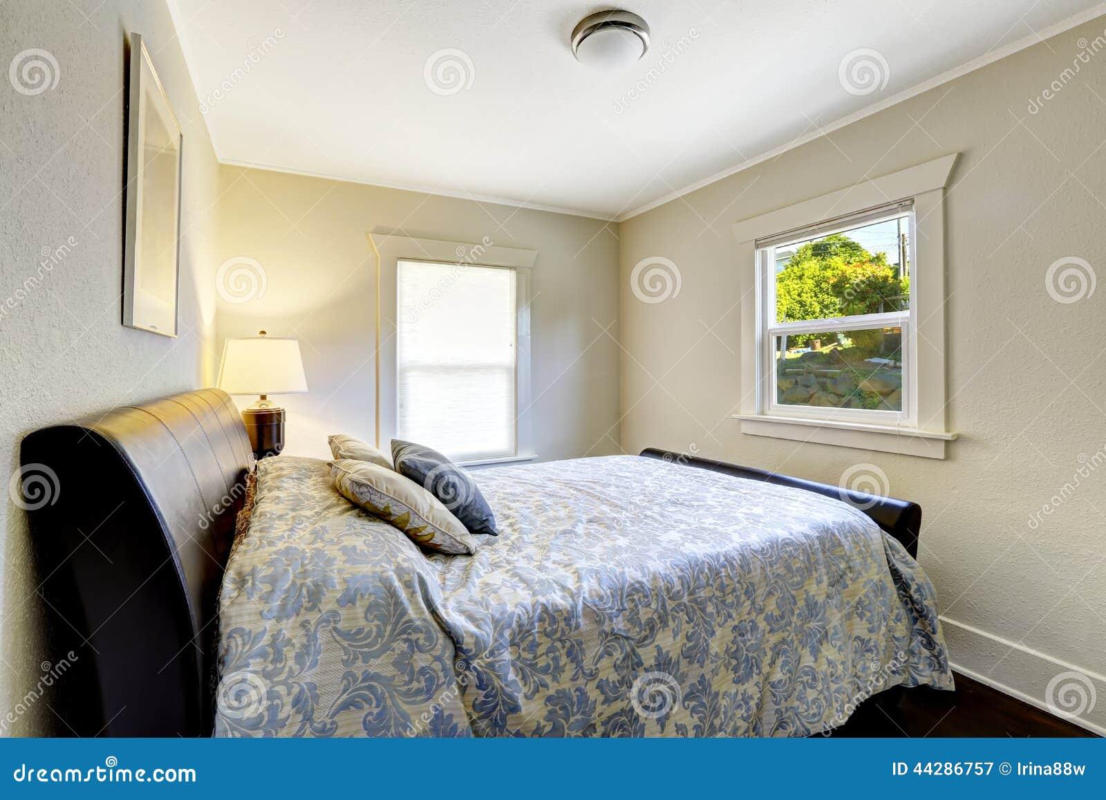 Kleine Slaapkamer Met Modern Zwart Bed Stock Foto - Afbeelding ...