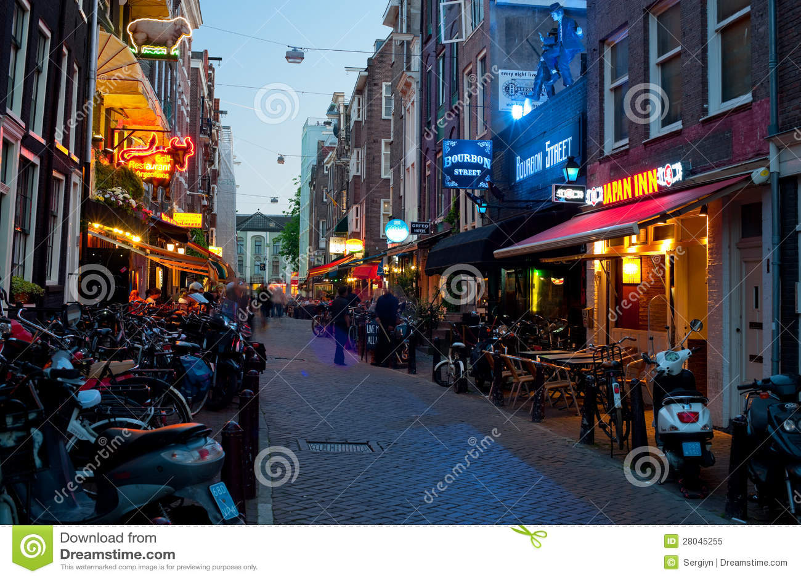 Kleine Straße von Amsterdam nachts