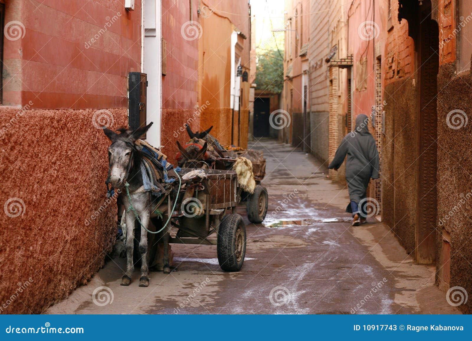 Kleine straat in medina van Marrakech. Marokko