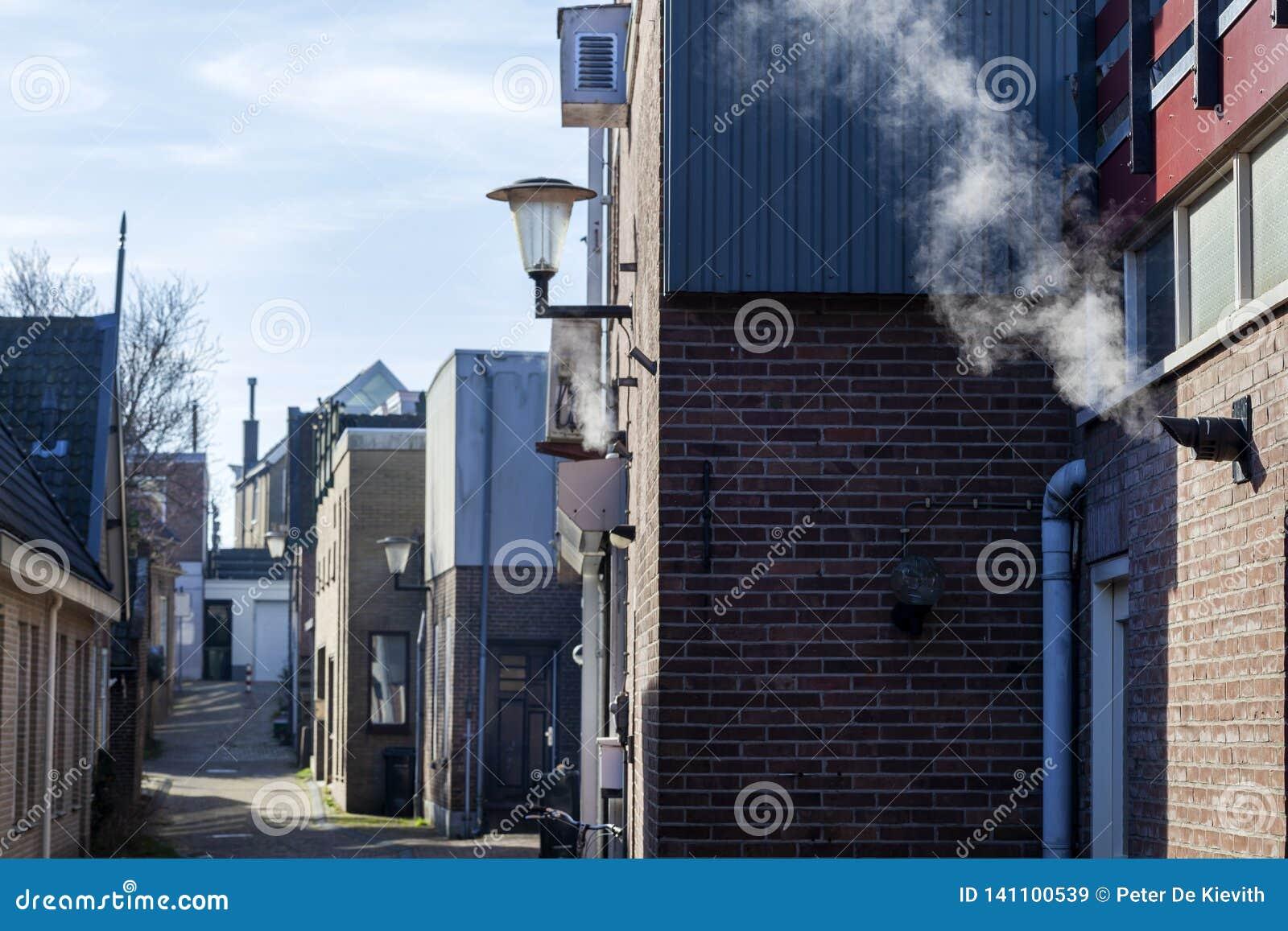Kleine straat met uitstekende industriële gebouwen