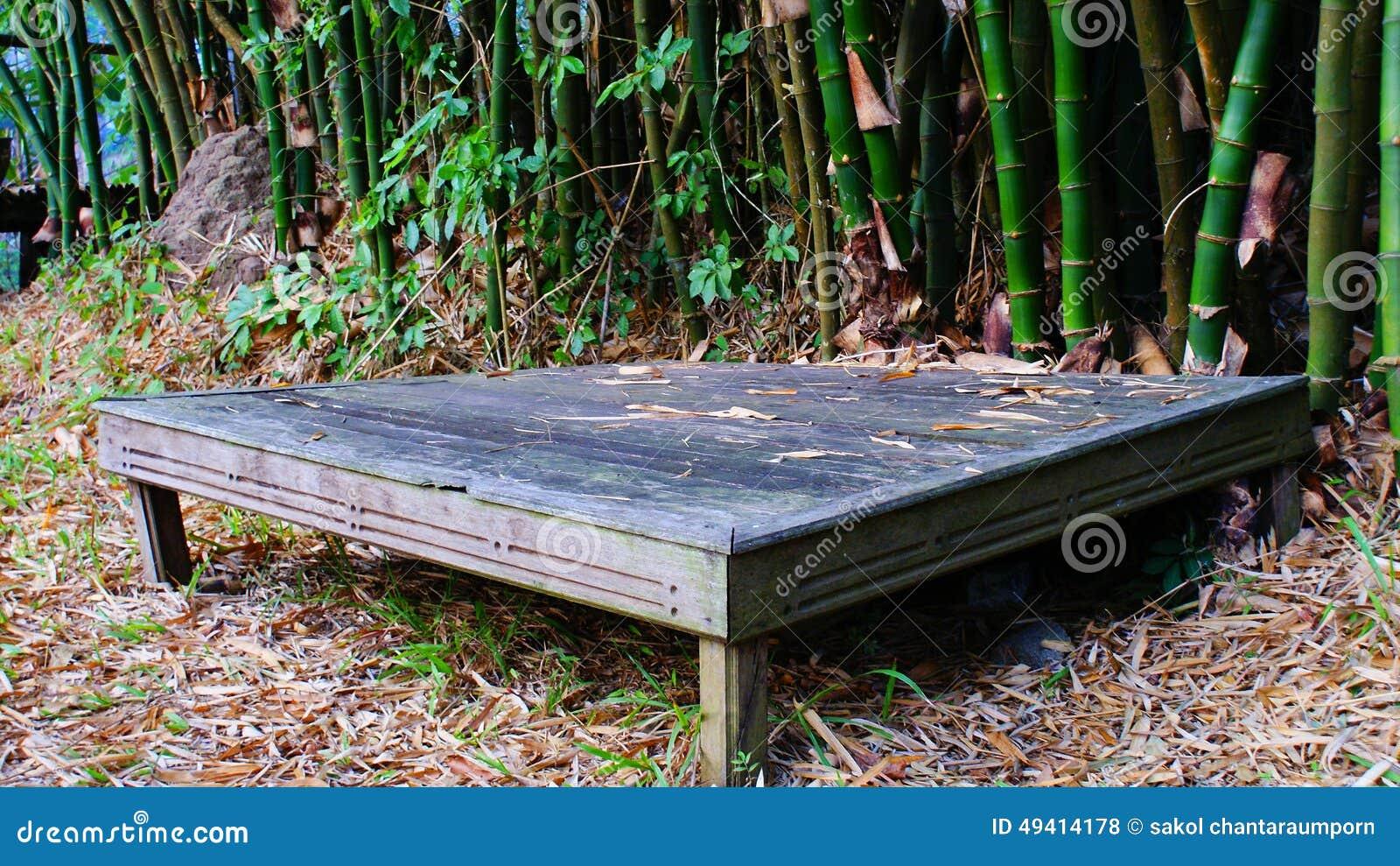 Download Kleine Tabelle stockfoto. Bild von hölzern, blick, tabelle - 49414178
