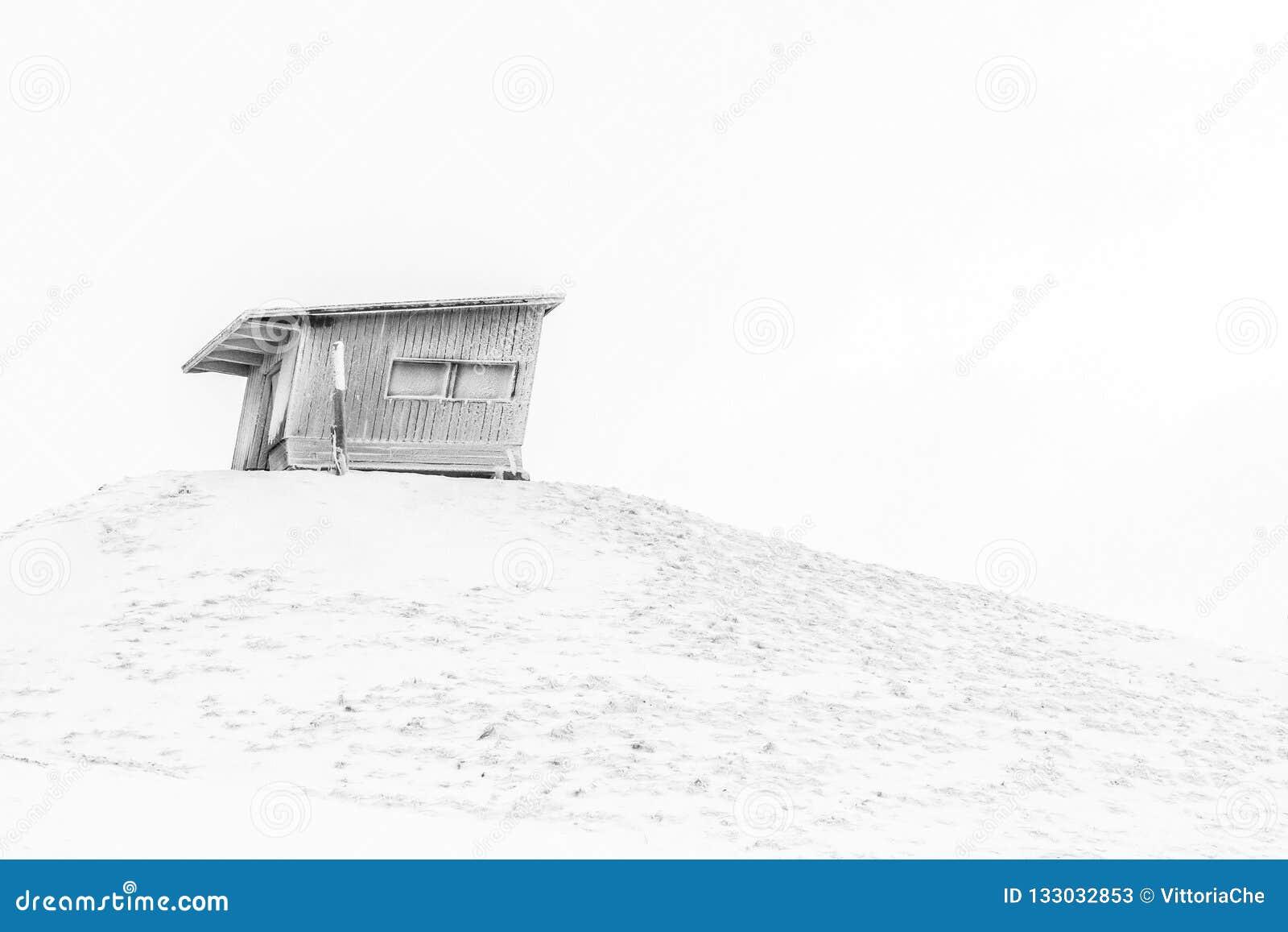 Kleine verlaten schuur op de heuvel Finland, Ruka Zwart-wit beeld