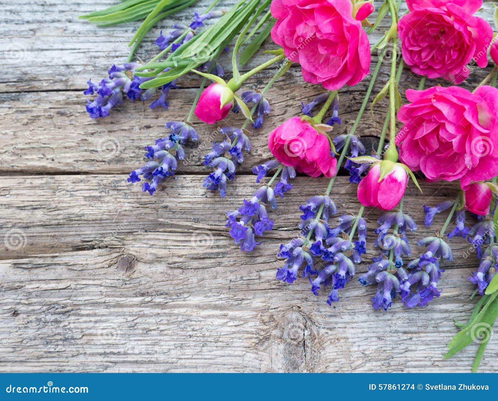 kleine vibrierende rosa rosen und provence lavendel auf. Black Bedroom Furniture Sets. Home Design Ideas