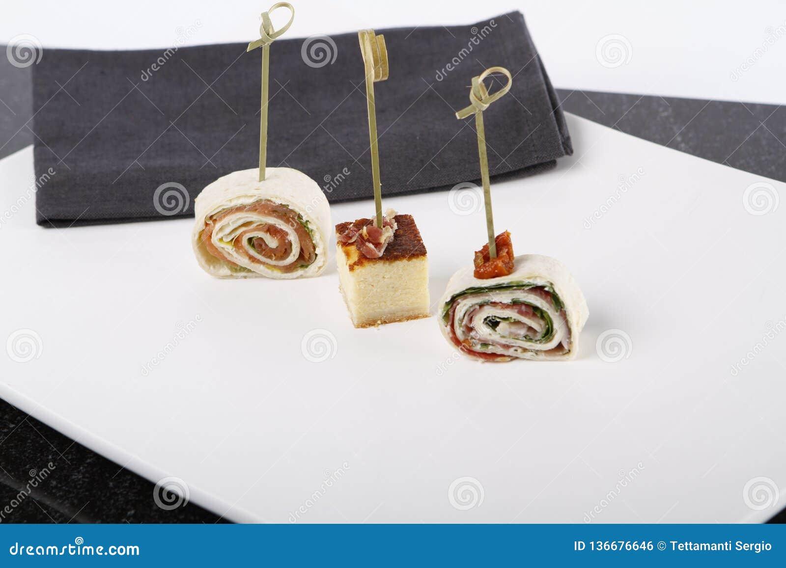Kleine voorgerechten met zalm, ham en kaastaart