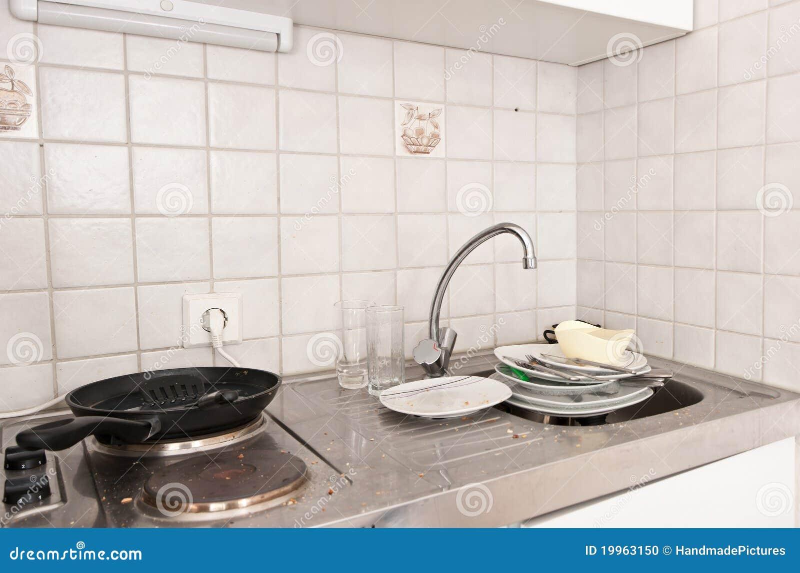Kleine vuile keuken stock foto beeld 19963150 - Optimaliseren van een kleine keuken ...