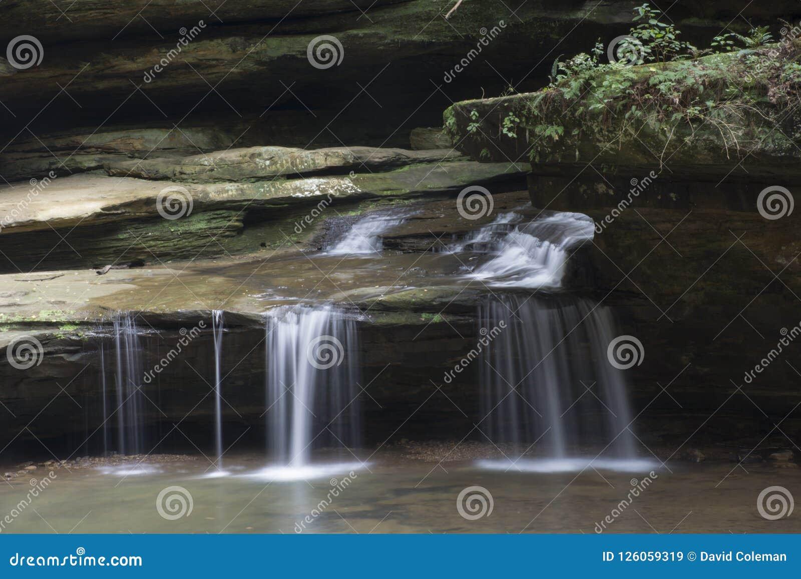 Kleine waterval bij oud mensen` s hol