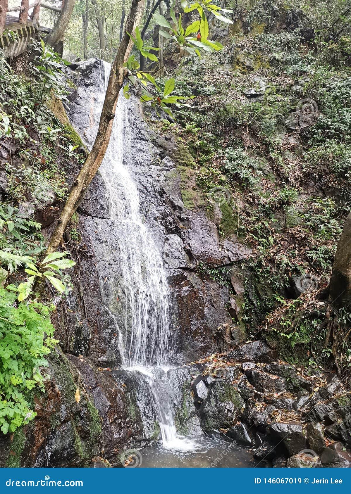 Kleine waterval in Hangzhou Jiuxiyanshu