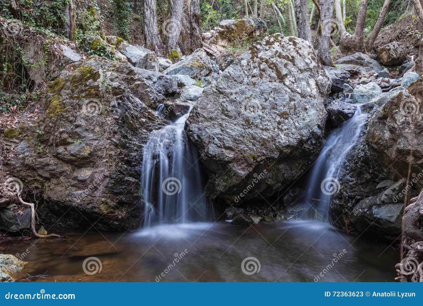 Kleine waterval twee in de rotsen