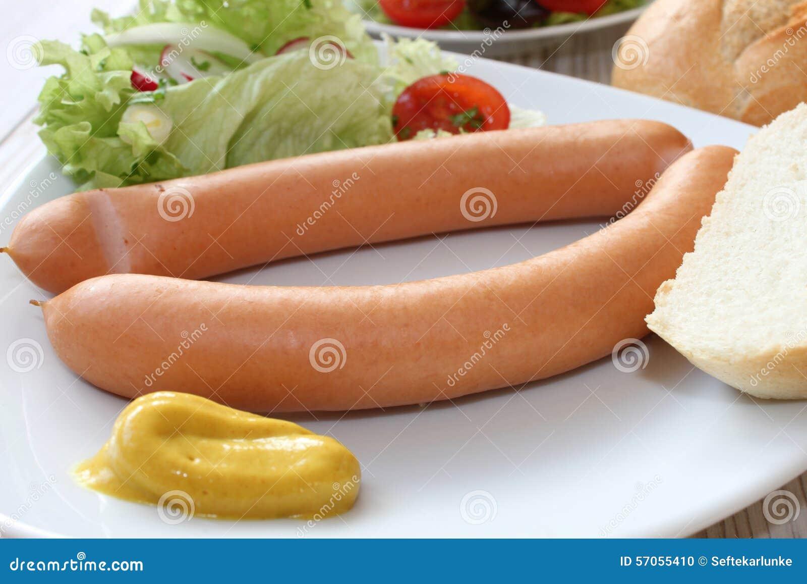 Kleine worst met salade en brood