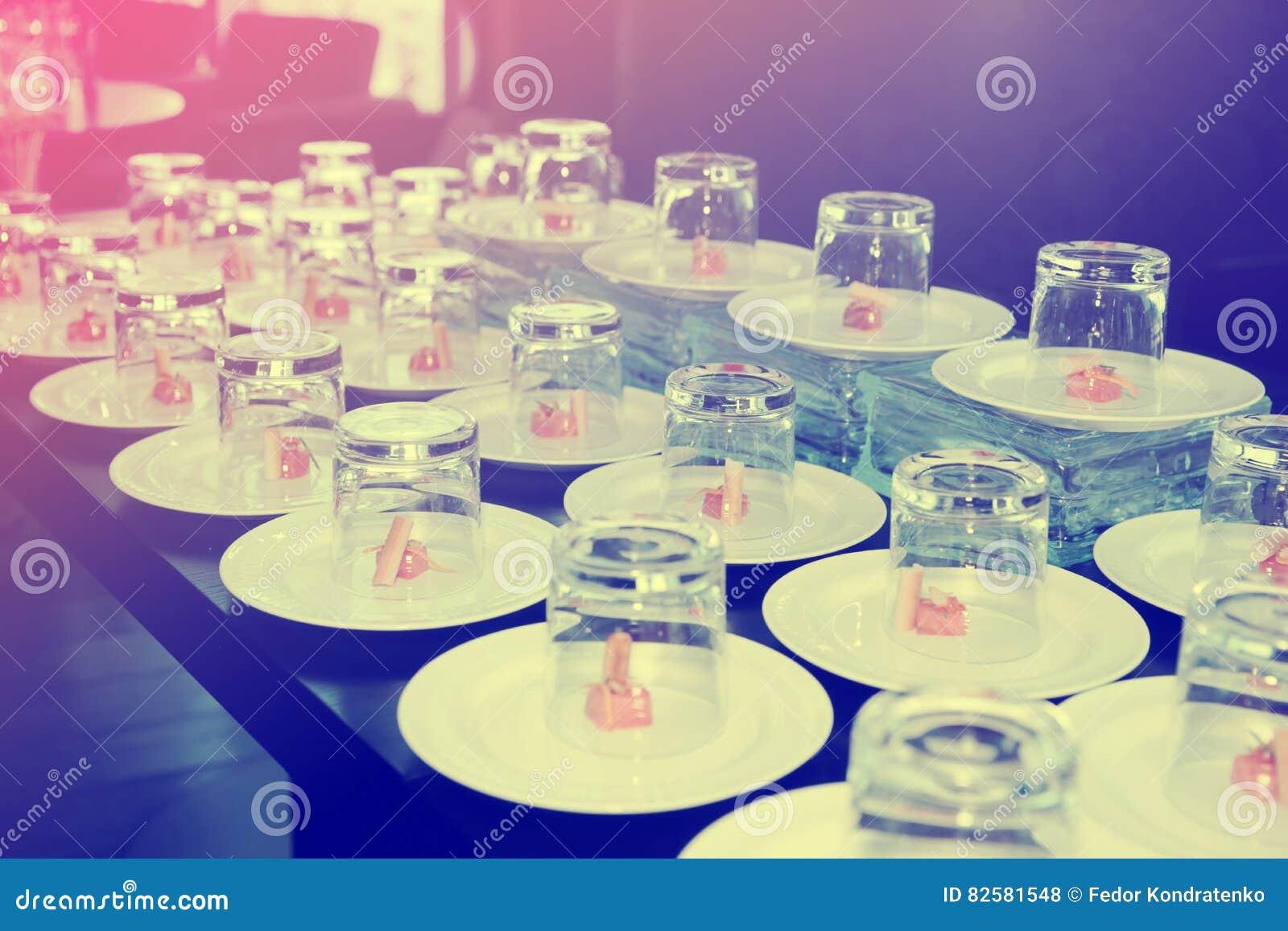 Kleine zalmsnacks die met glazen worden behandeld