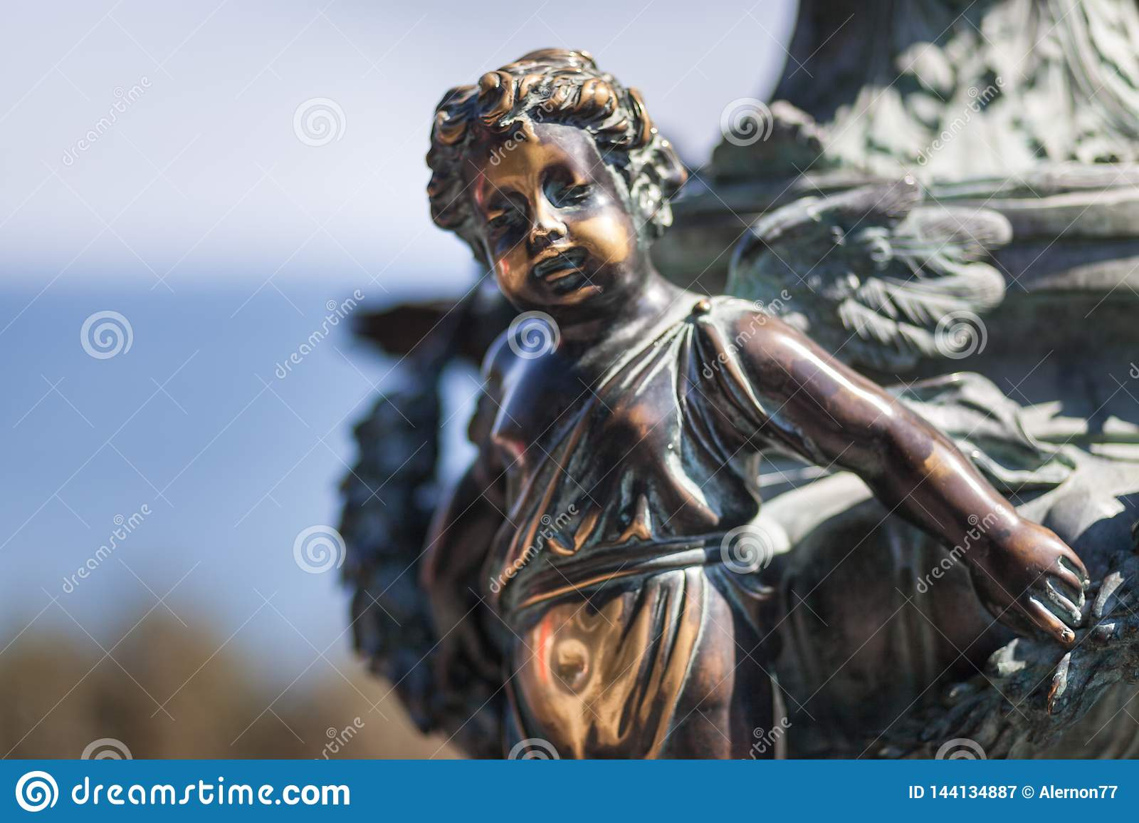 Kleiner Engel der Statue in Naturpark backgorund