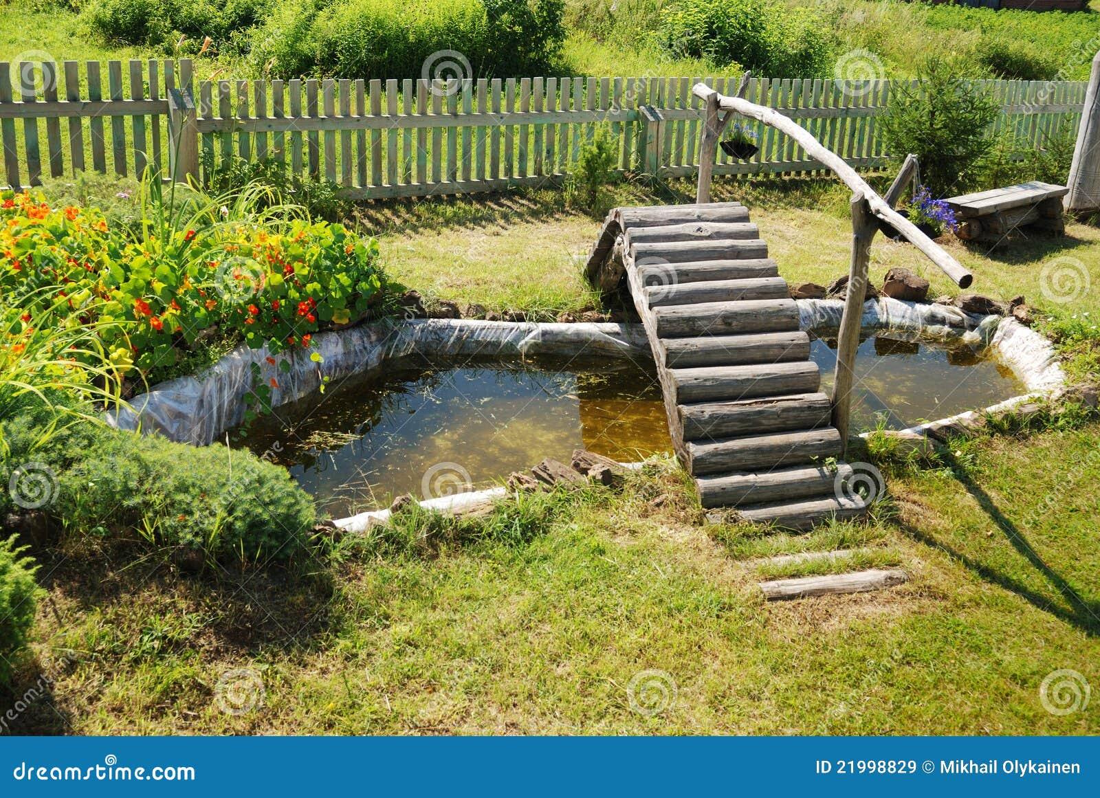 Kleiner Gartenteich Mit Holzerner Brucke Stockbild Bild Von Fische
