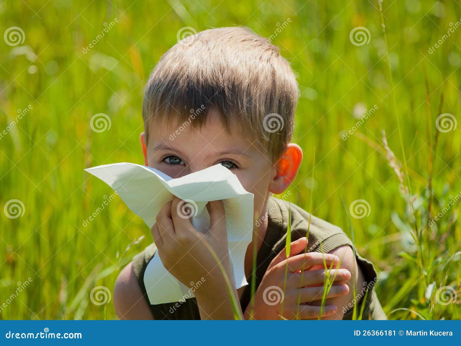 Kleiner Junge brennt seine Wekzeugspritze durch