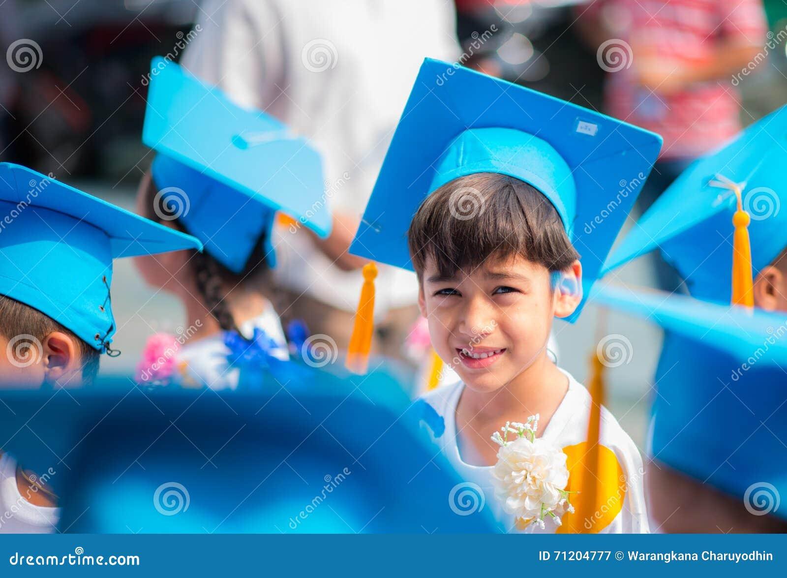 Kleiner Junge, der abgestufte hhat Uniform an der Kindergartenschule zeigt