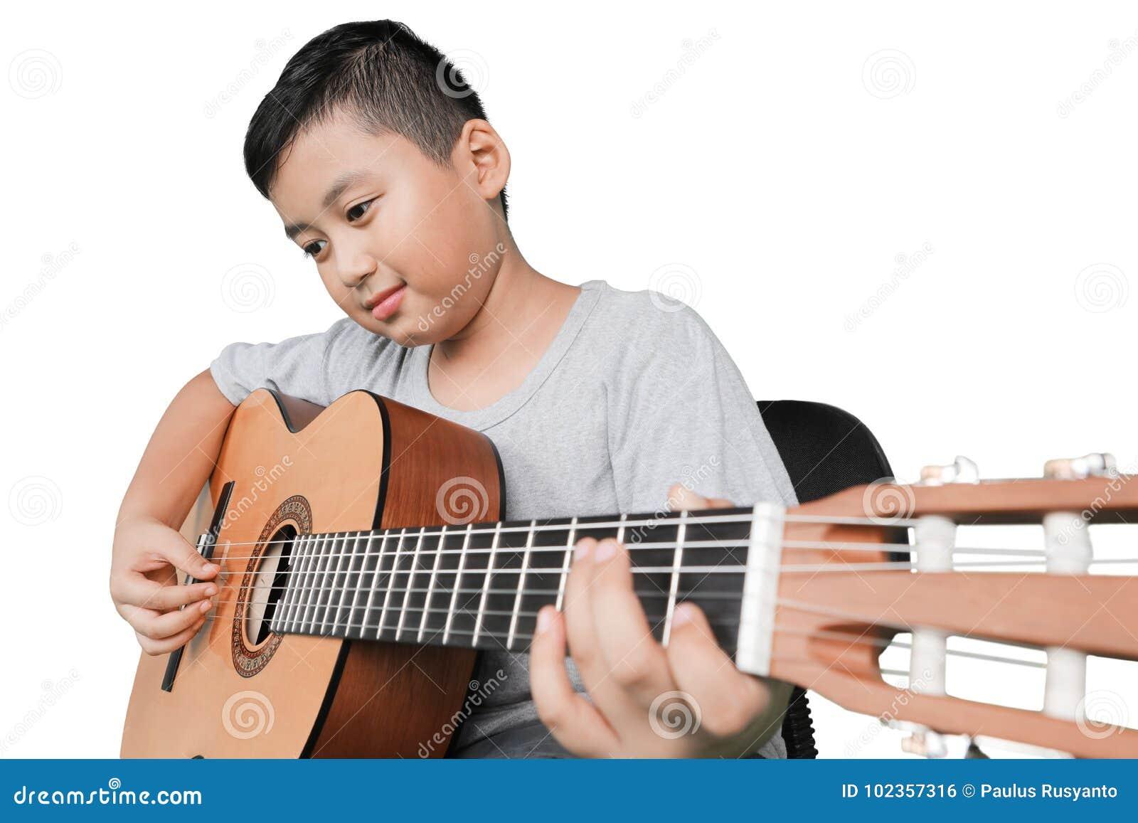 Kleiner Junge, der Akustikgitarre spielt