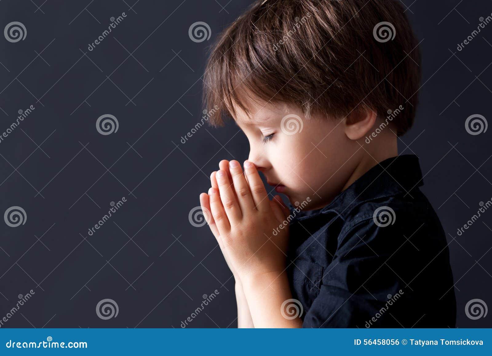 Kleiner Junge, der, betendes Kind, lokalisierter Hintergrund betet