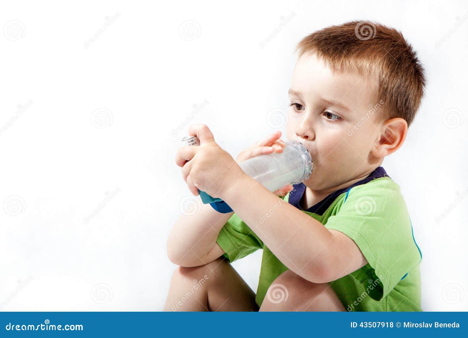 Kleiner Junge, der Inhalator für Asthma verwendet
