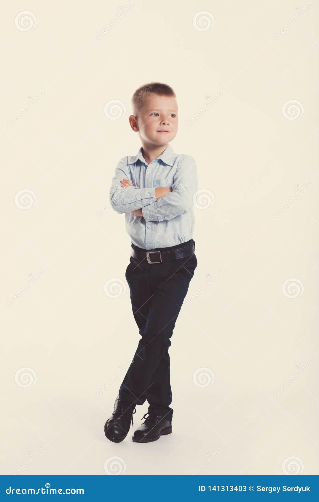 Kleiner Junge in der Klage Ein Portrait des Mädchenabschlusses oben Zurück zu Schule Stilvoller Mann im modernem Anzugshemd und -